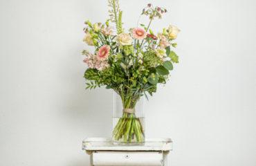 groot pastel bloemstuk gebonden